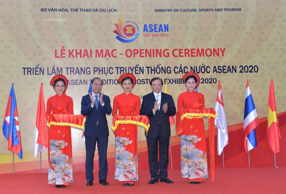 Triển lãm Trang phục truyền thống 10 quốc gia thành viên ASEAN