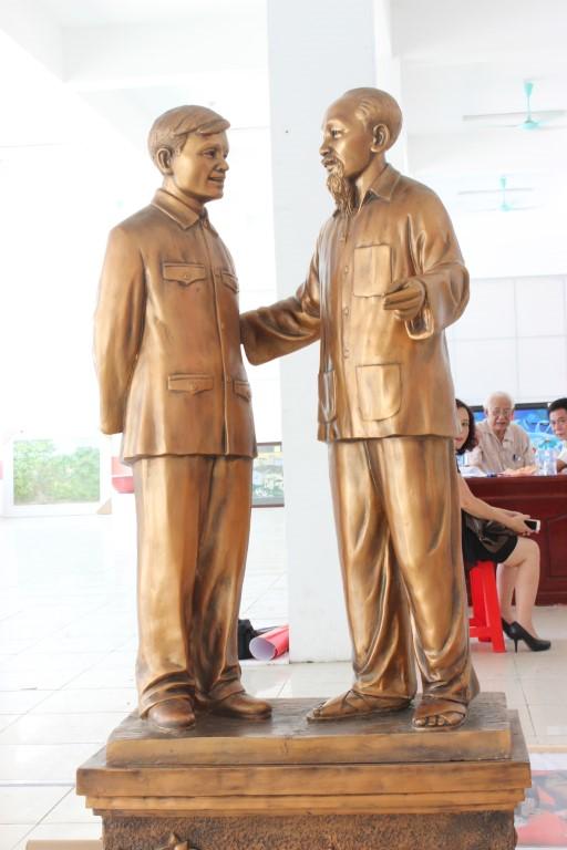 Bác Hồ và đại tướng Nguyễn Chí Thanh về thăm Hà Tĩnh 1957, poly, Nguyễn Đình Đường (Hà Tĩnh)